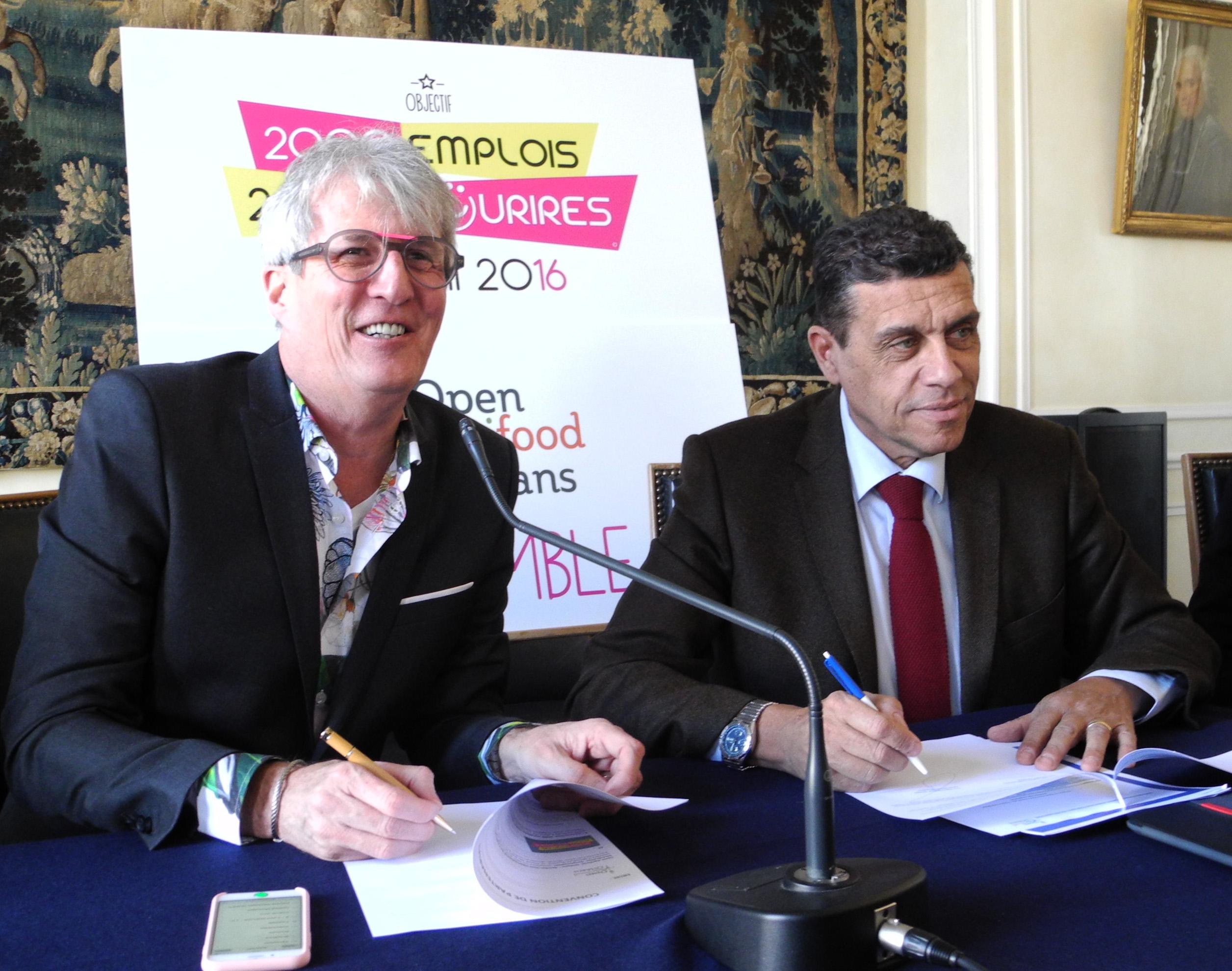 5fd81c8edb03 ... Xavier Beulin et Alex Vagner ont signé une convention de partenariat  entre l Open agrifood et 2000 emplois 2000 sourires. L objectif est de  mettre ...
